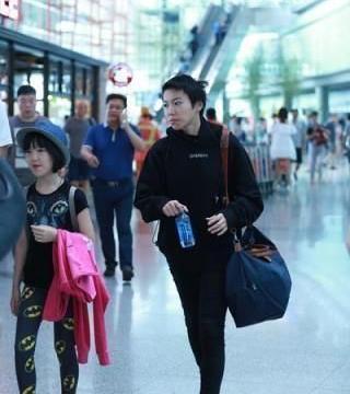 李嫣与窦靖童,同现机场,竟一个天后风,一个大妈范?