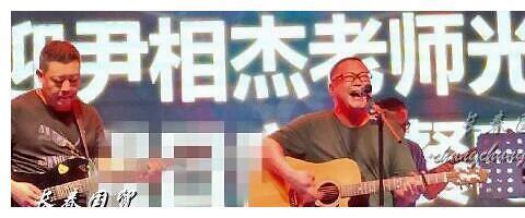 51岁尹相杰卖唱吃老本,曾两次吸毒被捕毁事业,被小20岁女友抛弃