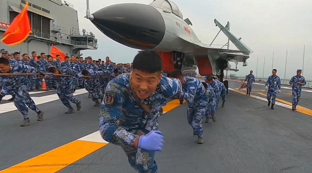 酷!辽宁舰超硬核甲板运动会 官兵比赛拉战机