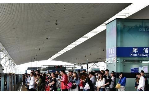 成都很拥堵的一个地铁站,上下班就像春运,为何只有两个出入口?