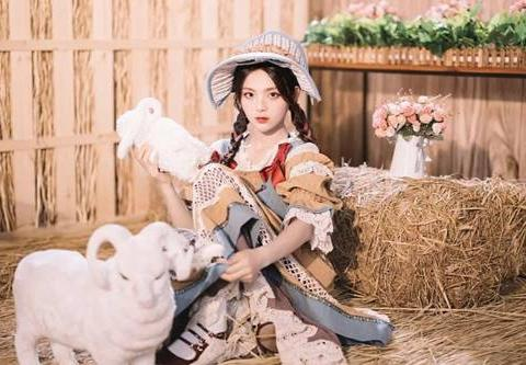 明星穿上洛丽塔,鞠婧祎似精灵,杨超越田园风,她简直油画少女