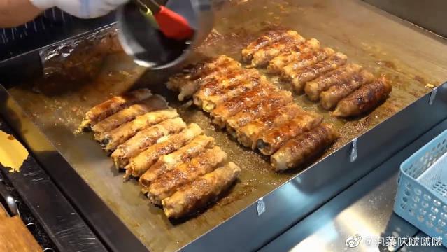 韩国街头的特色肉卷,裹上泡菜、紫苏叶和芝士片,让人直咽口水!