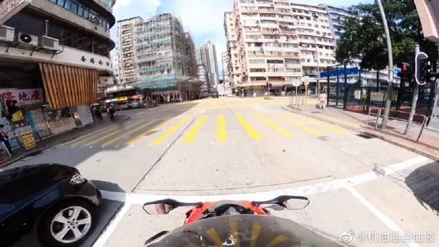 视频:奔驰S级偶遇重机车,摩托车手的一个操作,奔驰彻底无奈了!
