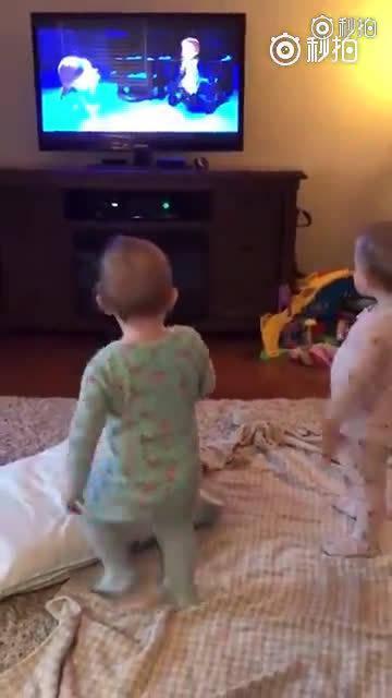 两个小宝宝还原冰雪奇缘里的场景……