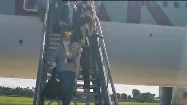 现场!英国首架助留学生返校的包机缓缓降落