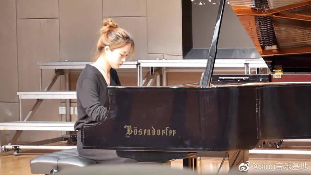 音乐系的这位女生,现场弹奏的钢琴,节奏感很棒,甚是精彩