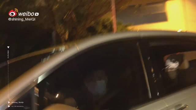 孟美岐上海到达 特意摇下车窗温柔收信的岐岐……