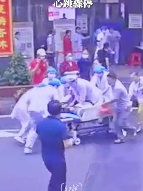 老人突发疾病心跳骤停,90后护士陈卫跪在担架车上开展心脏复苏……