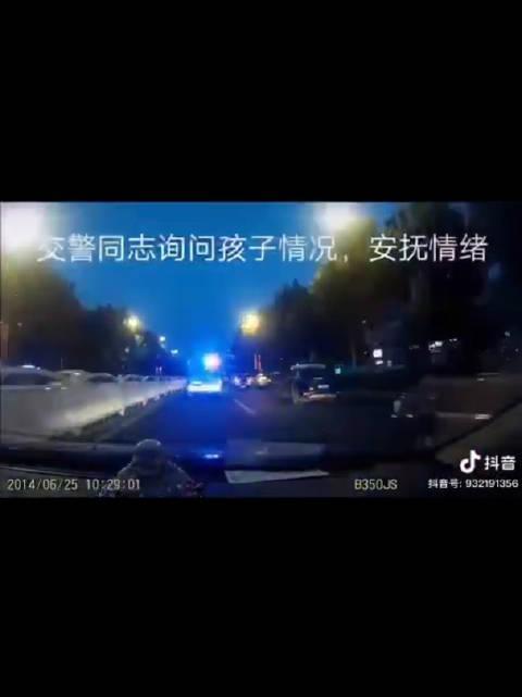 青岛交警警车开道为挽救患儿生命赢得宝贵时间
