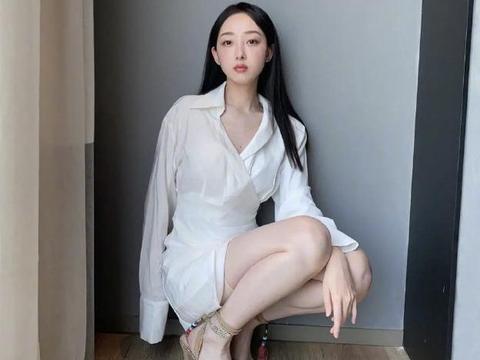 蒋梦婕晒新造型,白色衬衣裙超显身材,蹲着也能拍出大片感