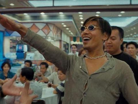 """当年的香港电影是有多节俭?从""""乌鸦""""掀桌子的动作便能够看出来"""