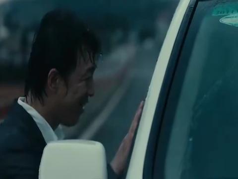 男主大雨中追着车,真正的向美女表白,看哭单身狗了