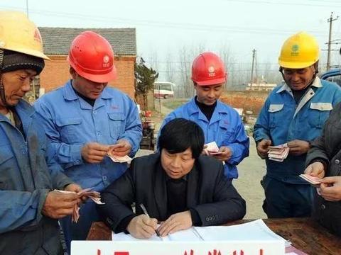 """建筑工地所谓""""月薪过万""""的农民工,一年到头到底能赚多少钱呢?"""