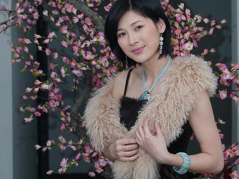 童蕾的美被严重低估了!穿吊带裙却配毛绒披肩,优雅知性气质真好