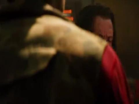 金刚狼找到射杀灰熊的凶手,直接把弓箭插进他手里,看着真是解气