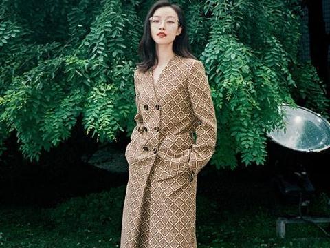 倪妮已经安排上了秋装,穿一件风衣搭露脐装,衣品从不让人失望!