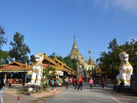 中国第一金佛塔,金光闪闪雄伟壮观,是云南芒市的标志性建筑