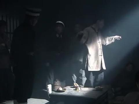申葫芦狱中赌博被狱警发现,秦宝翰帮他躲过一劫,还向他讨教经验