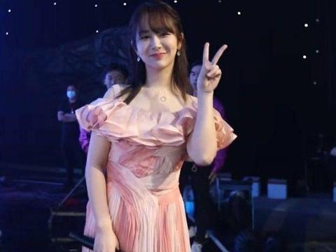 央视镜头下的杨紫太美,与热巴唐嫣众女星亮相,最喜欢谁的造型?