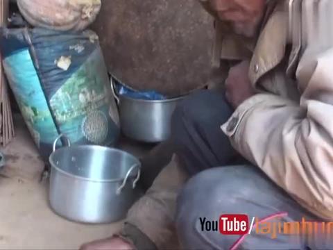 尼泊尔富裕人家的生活,玉米面糊加咖喱鸡肉,这味道还不错