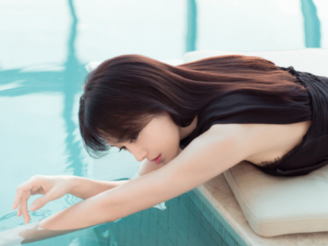 """秦岚""""戏水照""""公开,躺冲浪板上大秀身材,这么美为何无人娶?"""