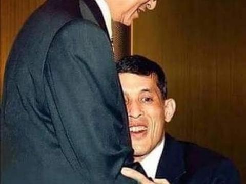 泰国普密蓬老国王是个好父亲,给玛哈喂食,整理衣服,贴心极了