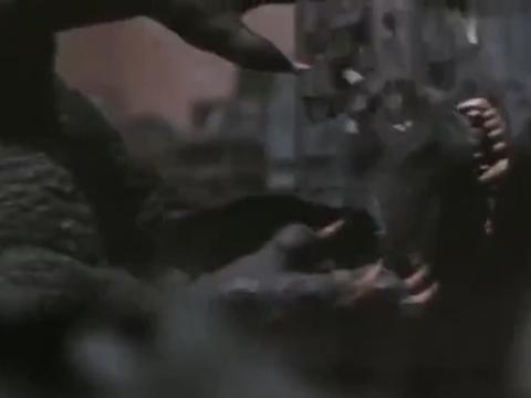 进化后的凯撒基多释放电流攻击哥斯拉,怪兽之王直接被打倒在地