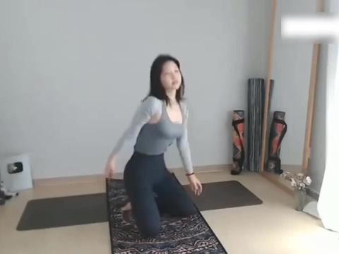 表妹瑜伽:全民健身小教室136节,女生腰部韧带拉伸有窍门!