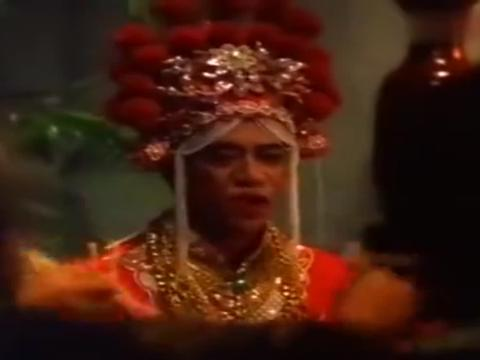 猛鬼山坟:男子假扮女人结婚,照镜子时发现不对,宾客们竟全是鬼
