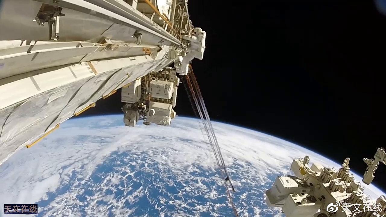 快看!宇航员就是这样在太空行走的