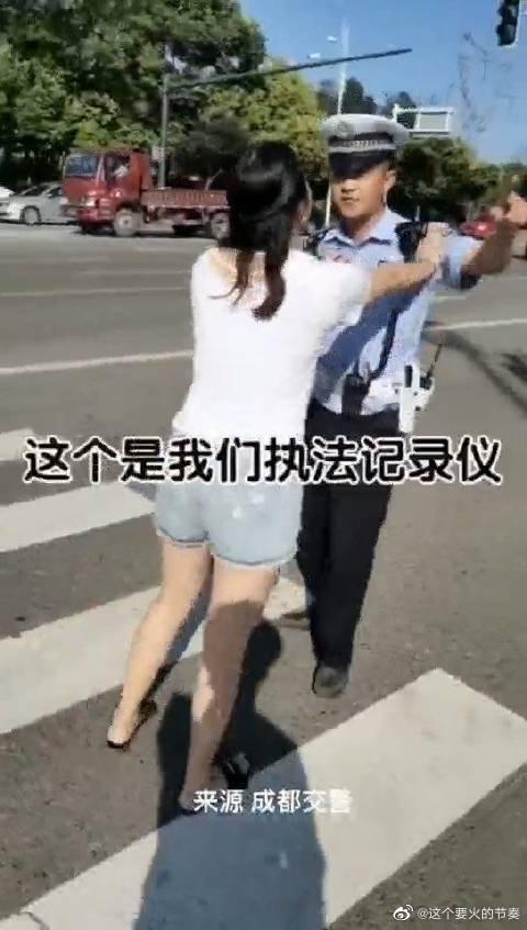 女司机阻碍警察执法的后果!又一个抱摔!还得拘留!