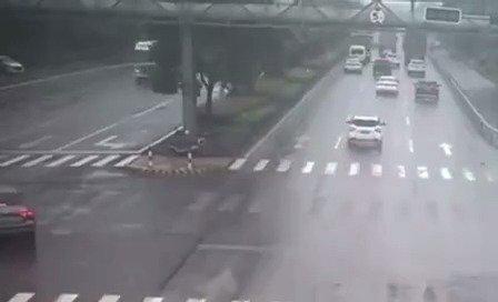 大货车冲过绿化带,估计给小车吓得够呛啊……