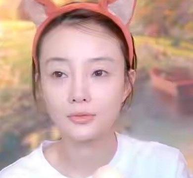 """李小璐为证脸纯天然,直播卸妆却""""翻车""""?鱼尾纹真的40岁?"""