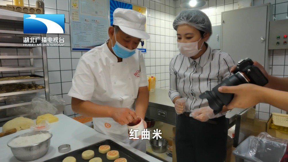 侯芳体验vlog 五仁月饼怎么做?记者打卡百年汉味糕点店