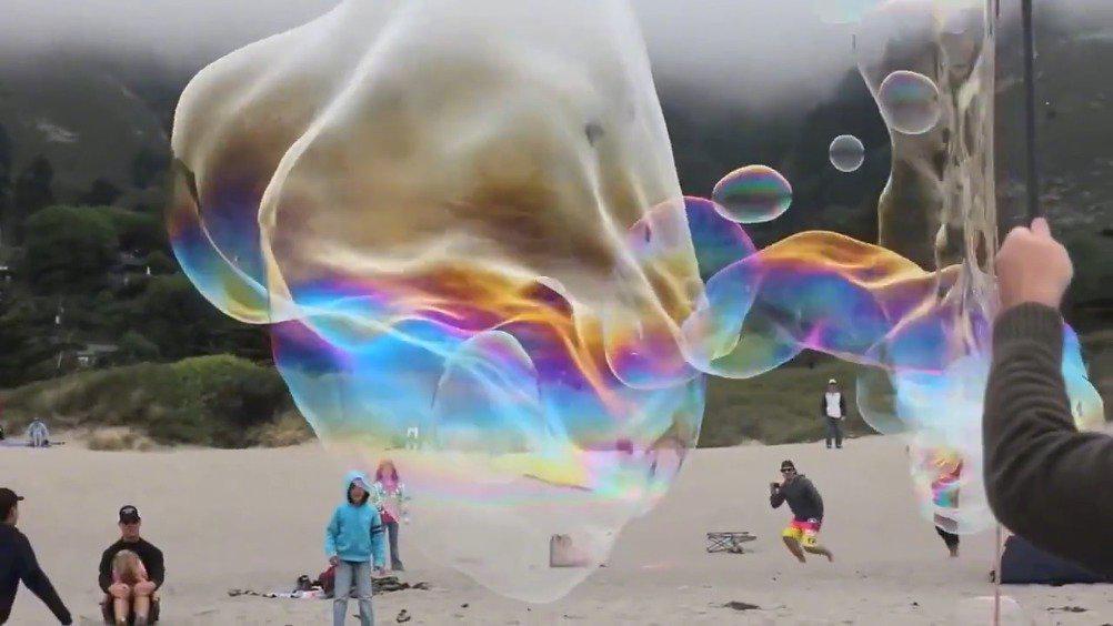 摄影师镜头记录下的巨型彩色泡泡!仿佛让我们看到了风的形状