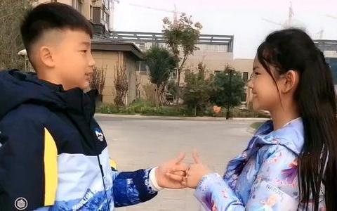 龙凤胎妹妹长期吃钙片,哥哥天天喝牛奶,3年后兄妹身高差距大