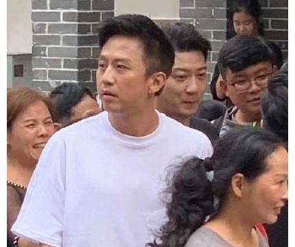 41岁邓超街头录节目,不修边幅消瘦憔悴,5cm增高鞋太抢镜