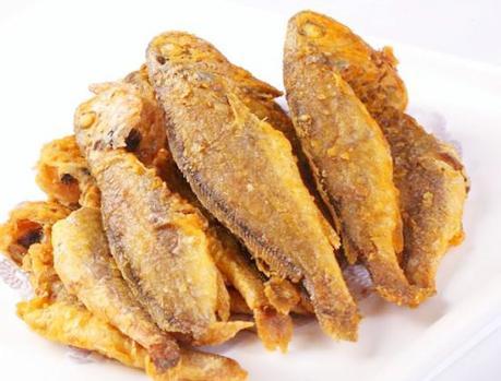 炸小黄鱼时,直接裹面粉就外行了,教你正确做法,酥脆鲜又嫩