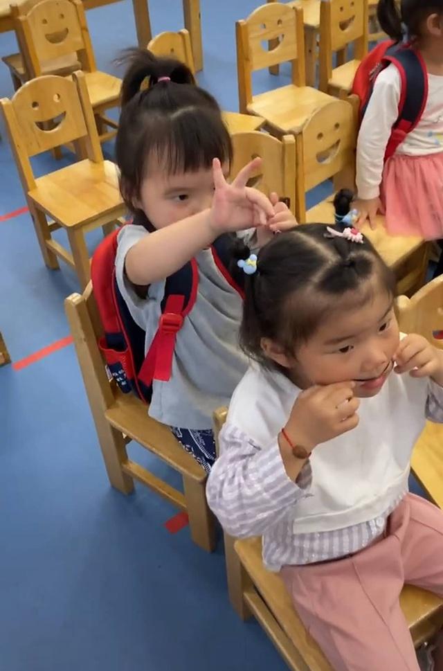 妈妈接女儿放学,迟迟不见女儿出校门,妈妈进到教室寻找时笑翻了