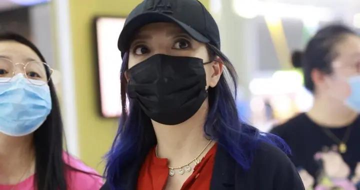 赵薇染了蓝发后时髦10倍不止,一身红黑搭配走机场,气场全开