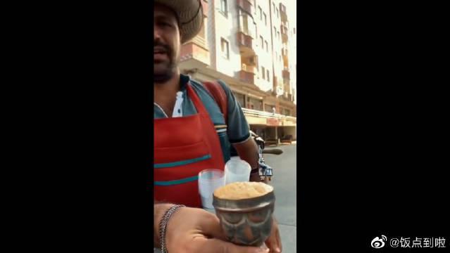 西班牙街头奔走的咖啡厅,笑容很灿烂,但不给个勺子让人怎么挖?