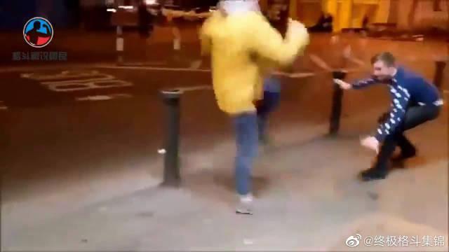 两个小伙在街头模仿嘴炮康纳麦格雷戈……