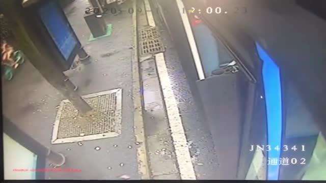 感动!南京八旬老人对公交司机说:你不告诉我工号 我就不下车