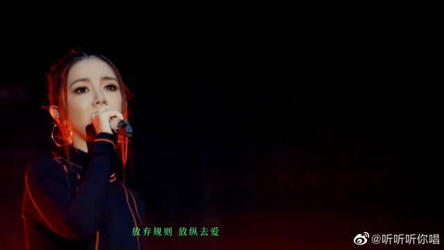 邓紫棋鸟巢助阵五月天炸裂演唱《盛夏光年》……