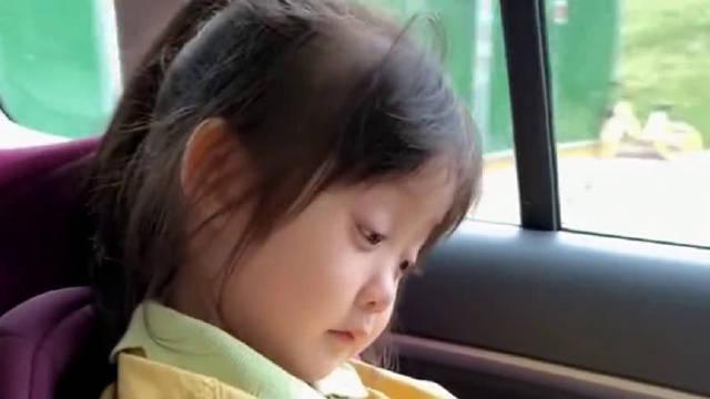 哥哥说妹妹睡觉他就把饼干吃完,没想到孩子的毅力这么强……