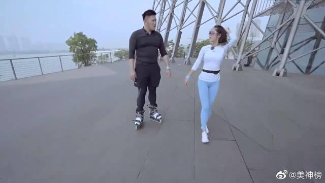 李伯恩穿轮滑鞋陪赵奕欢跑步!! 赵奕欢的紧身裤尽显好身材!