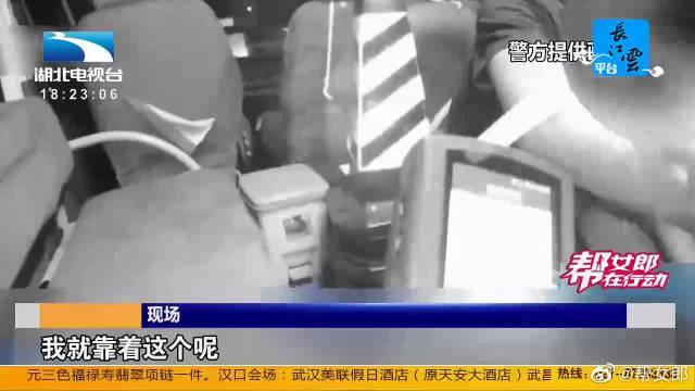 河北邯郸:酒驾被查悔恨不已 司机痛哭自扇耳光