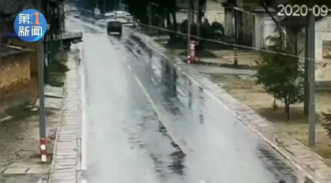 咸阳 :粗心倒车酿事故 司机却理直气壮这样说……