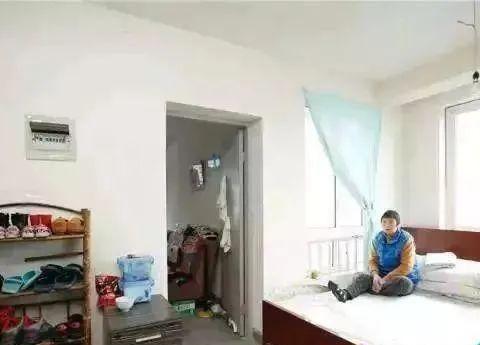 为留在上海,劝说父母卖了房,一家8口挤50平公寓,这样做值吗