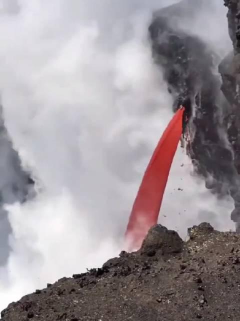 火山岩浆流入大海,接一杯一饮而尽,肯定甜在心里,哈哈哈